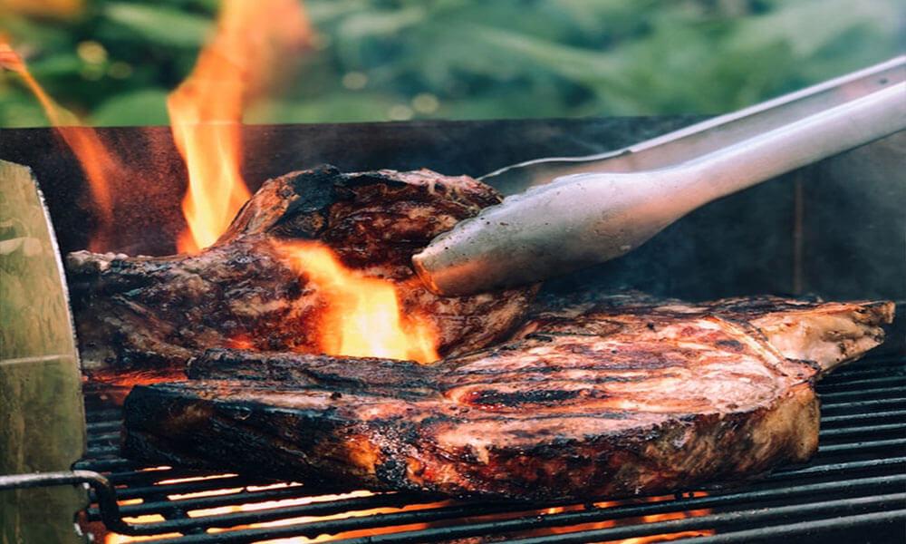 Steak auf offener Flamme grillen