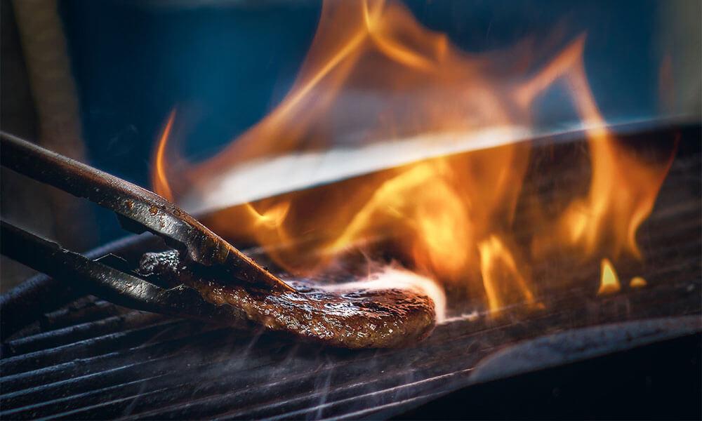 Burger auf offener Flamme grillen